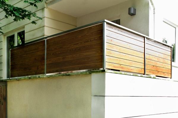 balustrada-na-tarasie-supki-i-pochwyt-ze-stali-nierdzewnej-wypwnienie-deski-sosnowe-malowane