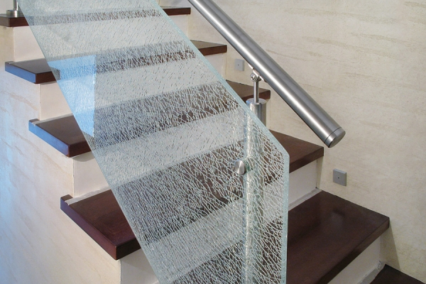 balustrada-z-wypenieniem-pytami-szka-hartowanego-wykonane-w-technologii-szka-tuczonego
