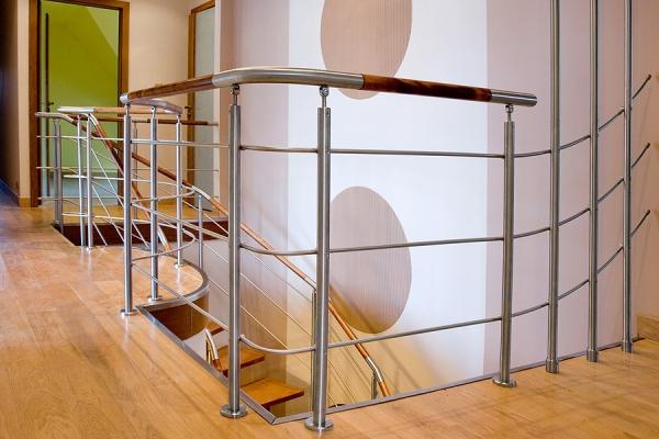 balustrada-systemowa-supki-30mm-wypenienie-3x-12mm-elementy-pochwytu-z-drewna-brzozowego-barwione-stalowe-elementy-pochwytu-gite-indywidualnie